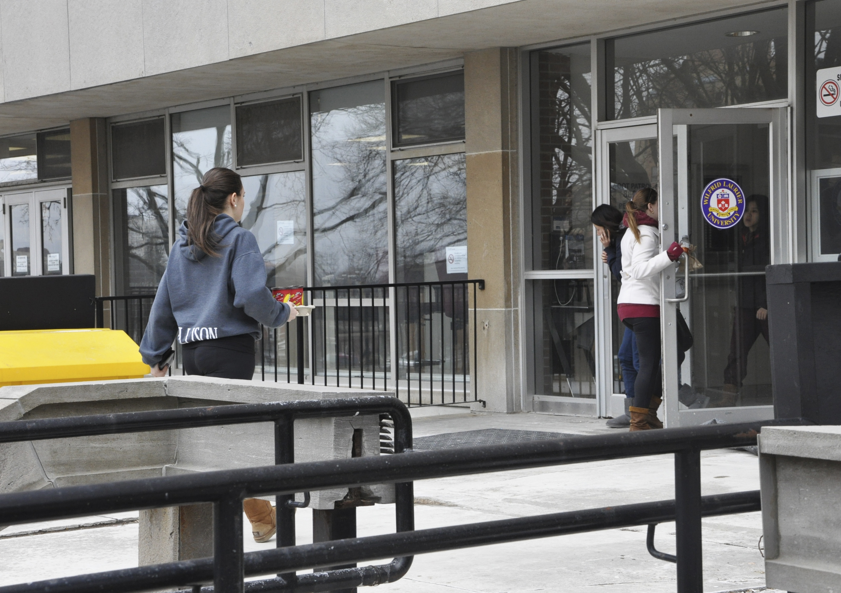 Students make their way to the library to get started on their work (photo by Samantha Kellerman).
