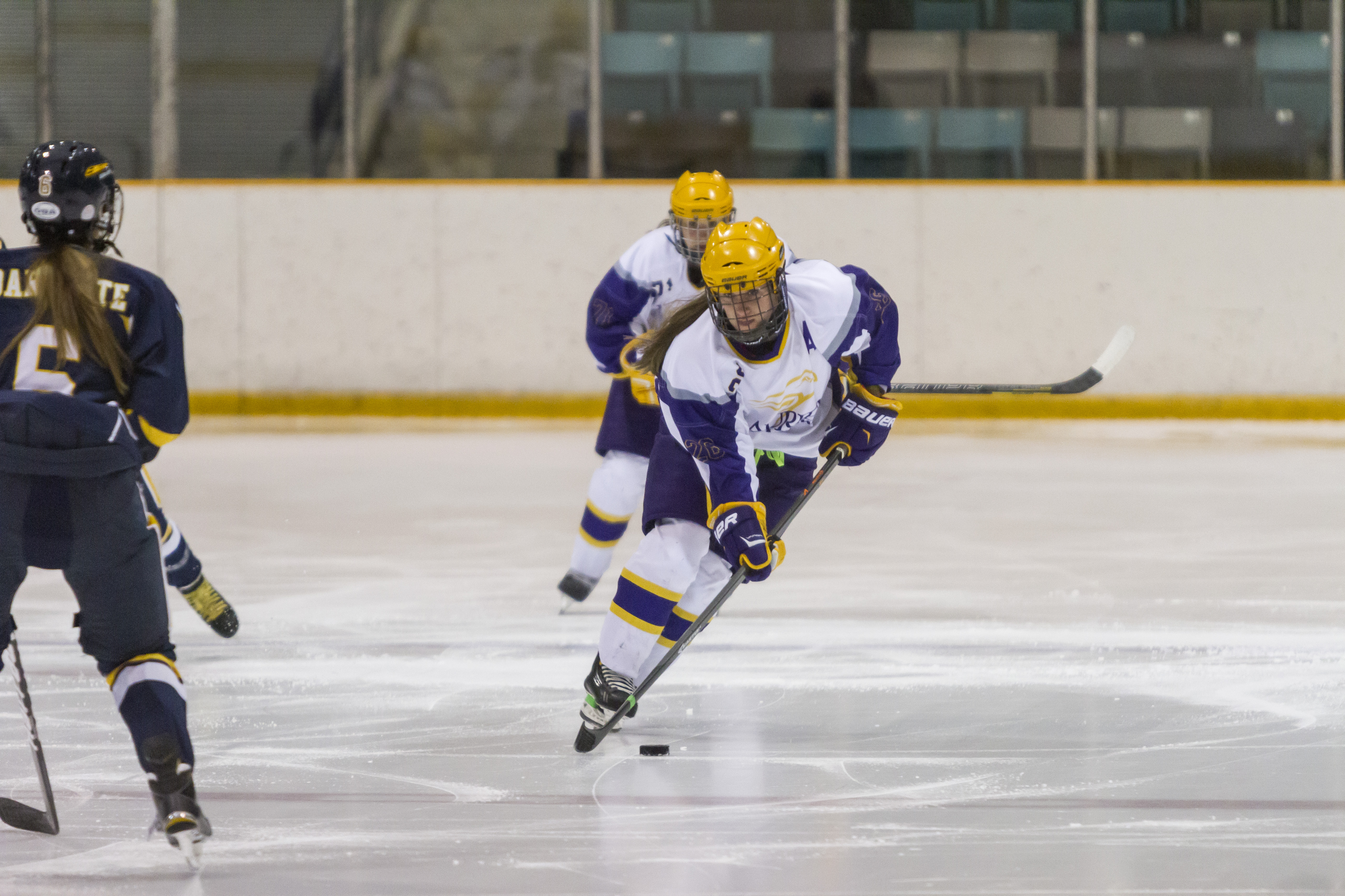 Women's hockey improve to 5-2